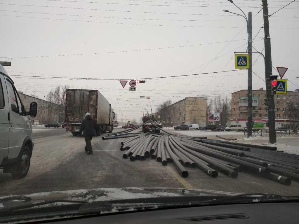 На Дальневосточном грузовик устроил ДТП по сценарию «Пункта назначения»