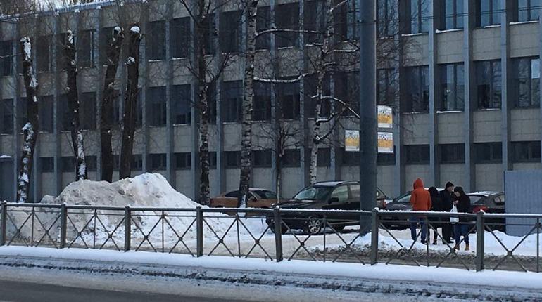 Сосульки-«убийцы» и застрявшие машины: петербуржцы в шоке от зимней уборки