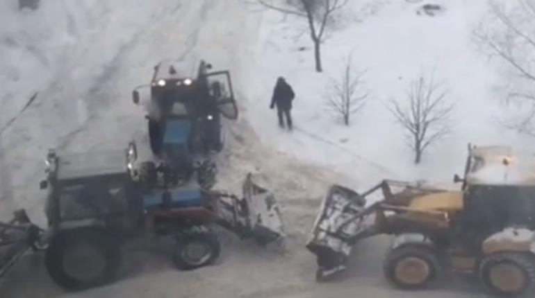 Два трактора застряли в Сосновом Бору. Фото: vk.com/unreleased_dtp