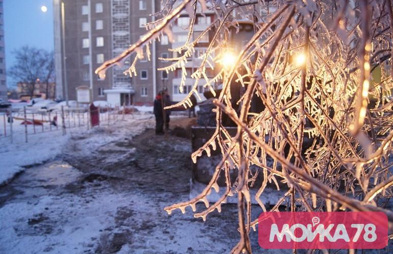 Как бригада «Теплосети» размораживала ледяной двор на Жукова