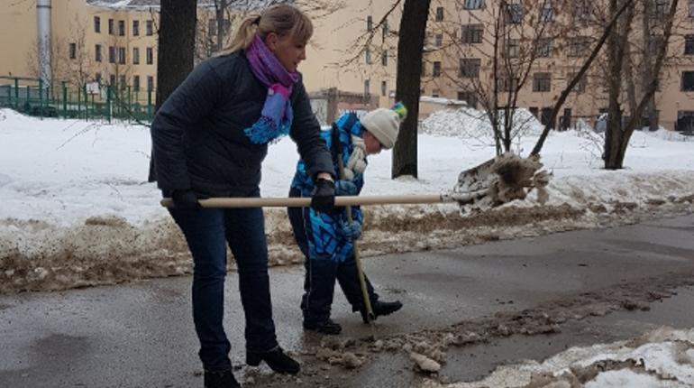 Глава молодежного комитета вместе с дочкой убирает Петербург