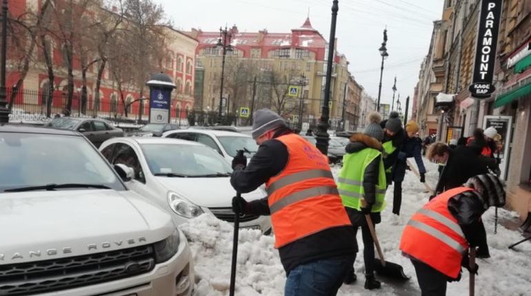 Уборка снега в центре Петербурга. Фото: пресс-служба администрации Центрального района