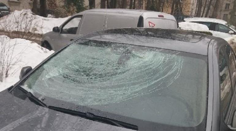 Падающие с петербургских крыш льдины травмируют горожан и ломают их машины