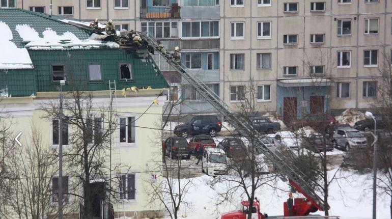 Пожарные заливают водой офисный центр в Тосно