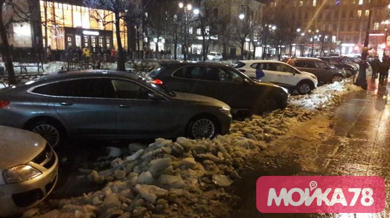 Петербуржцы проигнорировали просьбу убрать машины для очистки улиц от снега