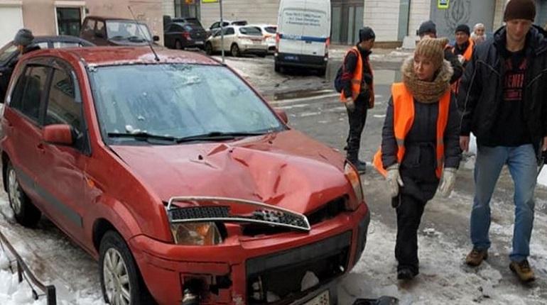 Разбитый автомобиль на улице Союза Печатников. Фото: Facebook/Михаил Загороднюк