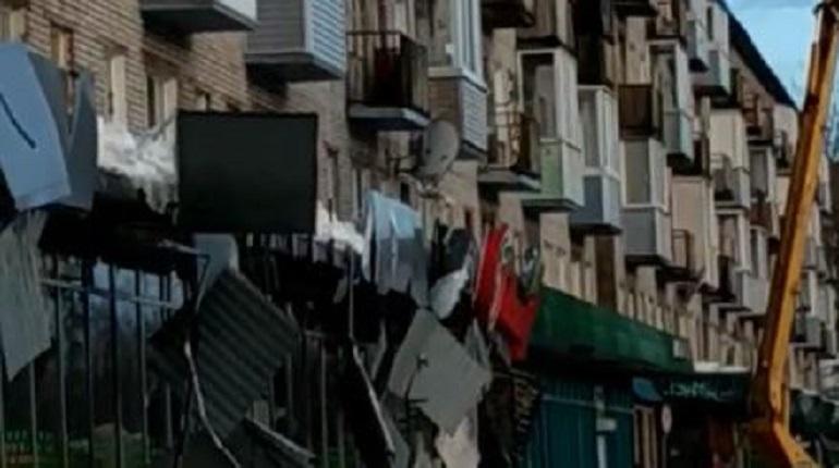 В Тихвине уничтожили вывеску магазина, очищая крышу от наледи