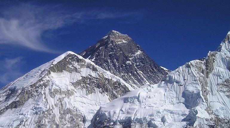 Горы мусора закрыли для туристов путь на Эверест