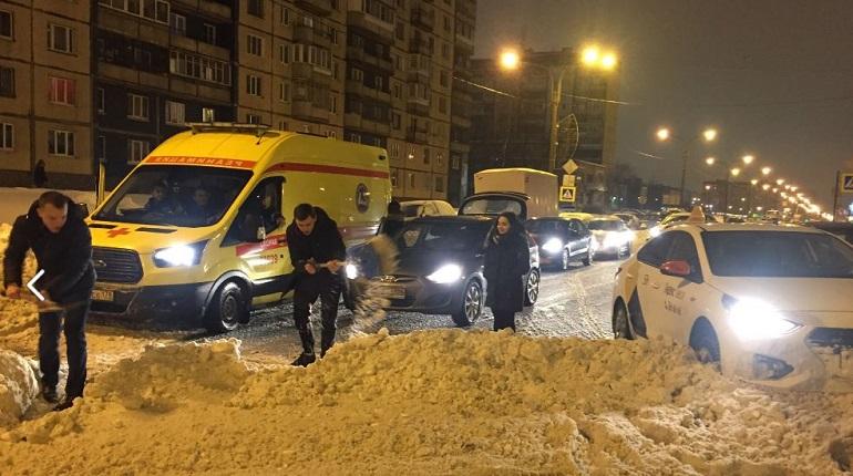Водители сами расчистили перекресток Королева и Уточкина: «реанимации» не проехать