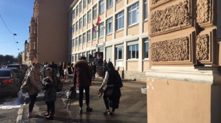 Эвакуация школы в Адмиралтейском районе. Фото: Telegram-канал «Аварийный Петербург»