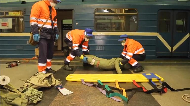 На «Международной» из щели между вагонами «спасли» манекена