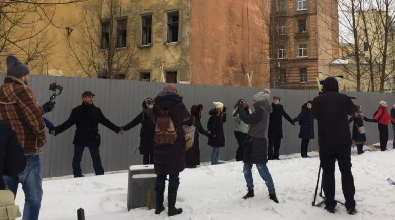 Петербуржцы обняли дома на Тележной улице