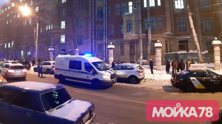 Глыба льда упала на студента на Аптекарском проспекте. Фото: