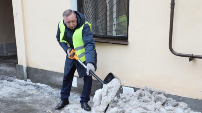 Смольный с лопатой: как чиновники в Петербурге убирали снег