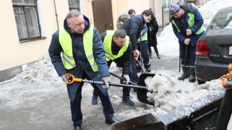 Александр Беглов убирает снег в Петербурге. Фото:  бgov.spb.ru