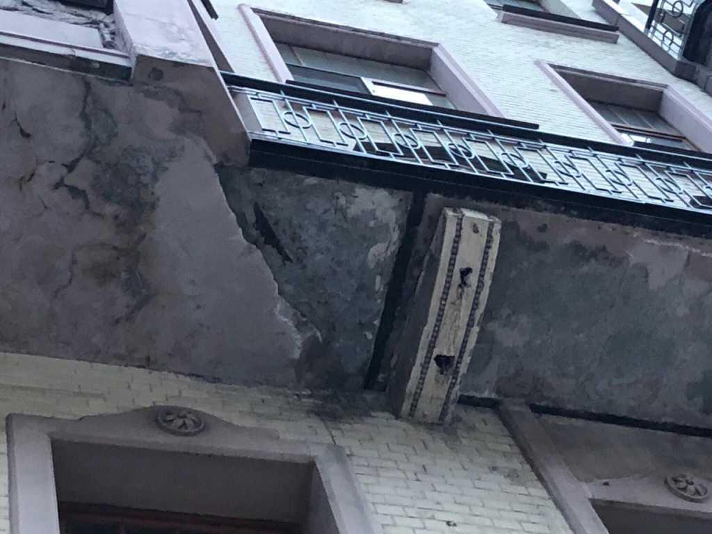 На Большой Московской пешеходов едва не задел падающий кусок балкона
