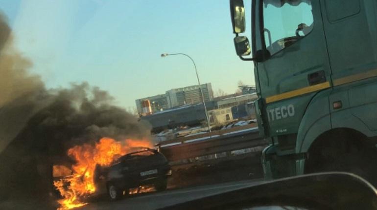 На КАД загорелся ВАЗ - 2112. Фото: скриншот