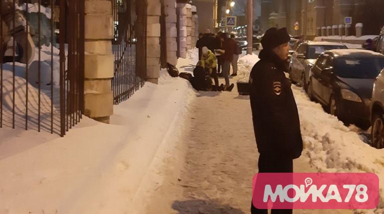 Из-за падения глыбы льда в центре Петербурга погиб человек