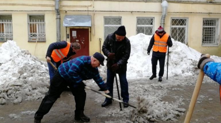 Николай Бондаренко на уборке снега в Петербурге. Фото: gov.spb.ru