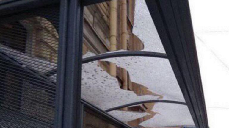 На Большой Монетной разбило крышу остановки. Фото: