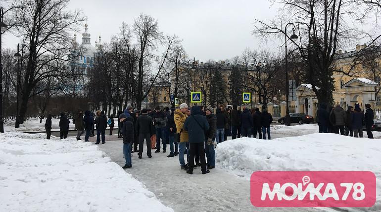 Рабочие «Метростроя» у Смольного. Фото: Мойка78/Валентин Егоршин