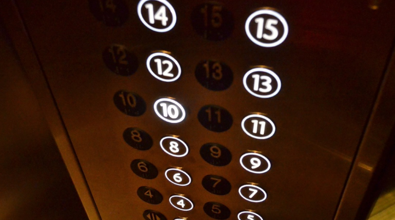 Лифт едва не убил рабочего в многоэтажке в Ленобласти