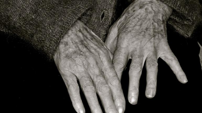 Пожилым, которые нарушали изоляцию, все равно выплатили 2 тысячи рублей