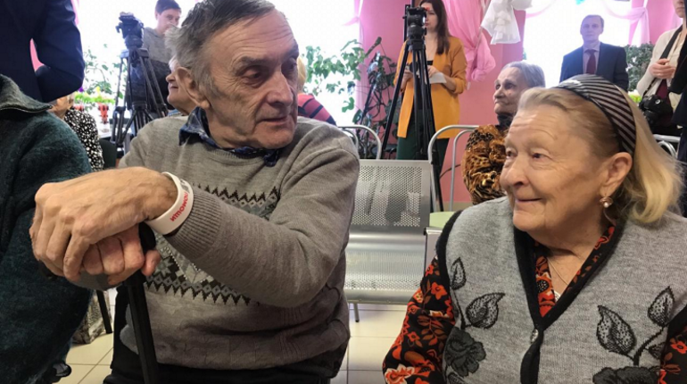 Пенсионерам в Ленобласти помогут браслетами с QR-кодом