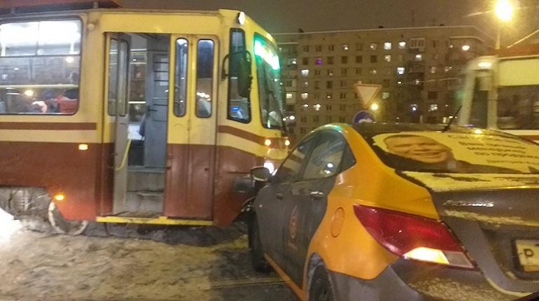Каршеринговый автомобиль на Руставели «остановил» 13 трамваев