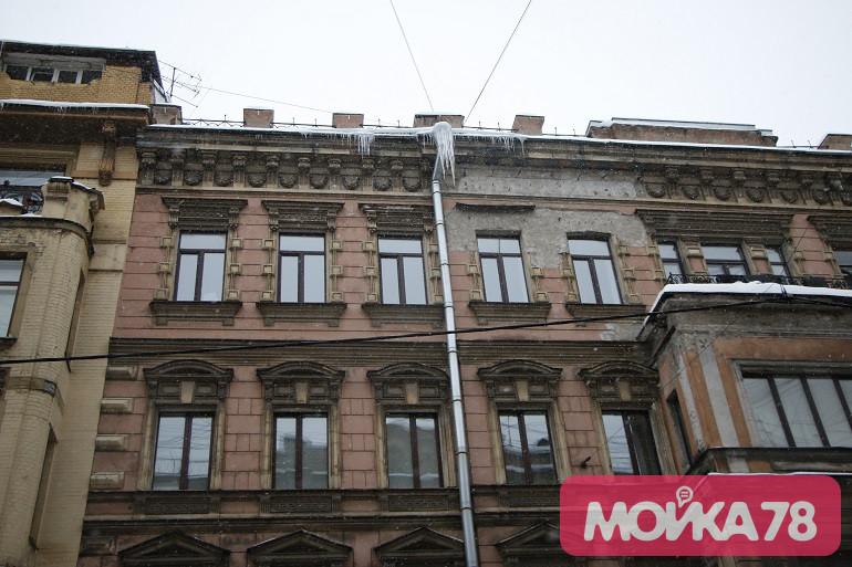 Сосульки на крыше дома 6 по улице Рубинштейна. Фото: Мойка78