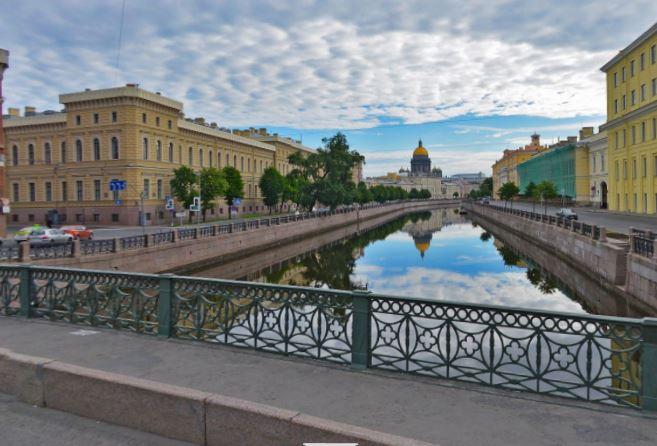 Самым романтичным местом в Северной столице признали поцелуев мост