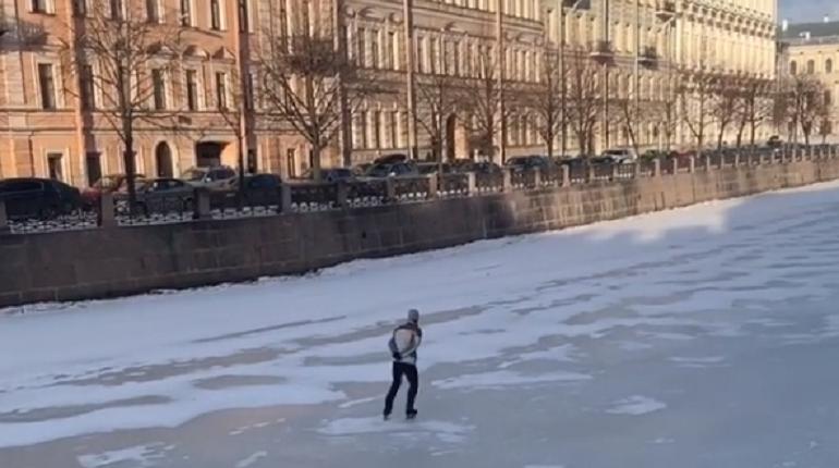 Петербуржец прокатился по хрупкому льду Мойки на коньках