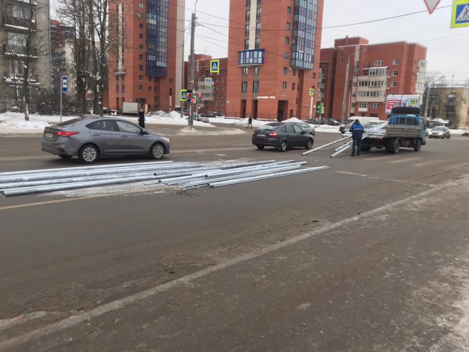 В Петербурге на Ленсовета грузовик растерял трубы