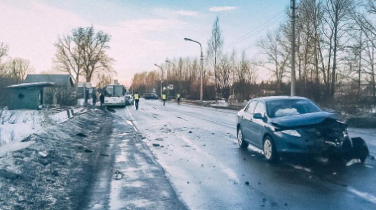 Двухлетнюю девочку увезли в тяжелом состоянии после массового ДТП в Колпино
