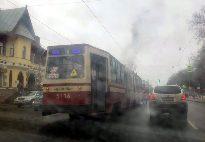 Пассажиры тушили трамвай на Энгельса снежками