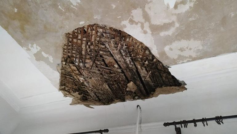 Дыра в потолке - результат протечек и халатности коммунальщиков. Фото: Юлия Данилова