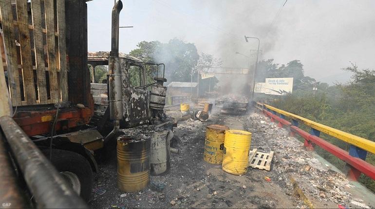 На границе Венесуэлы сгорели три грузовика с гуманитарной помощью