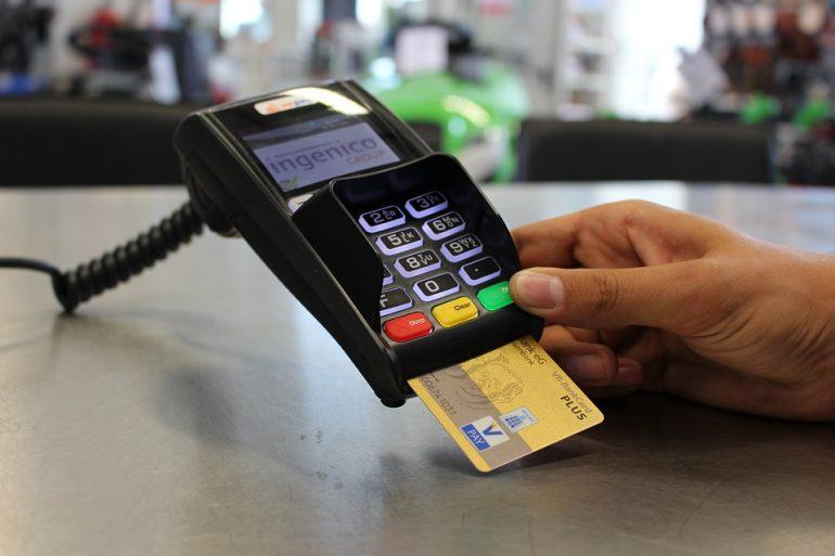 Петербуржцев оштрафовали на 160 тысяч за покупку продуктов с чужой карты