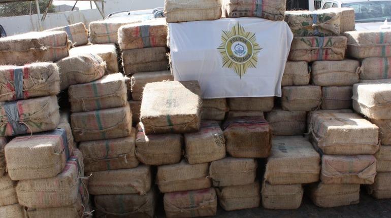 Полиция показала тонны кокаина, иъятых у моряков в Кабо-Верде. Фото: Twitter