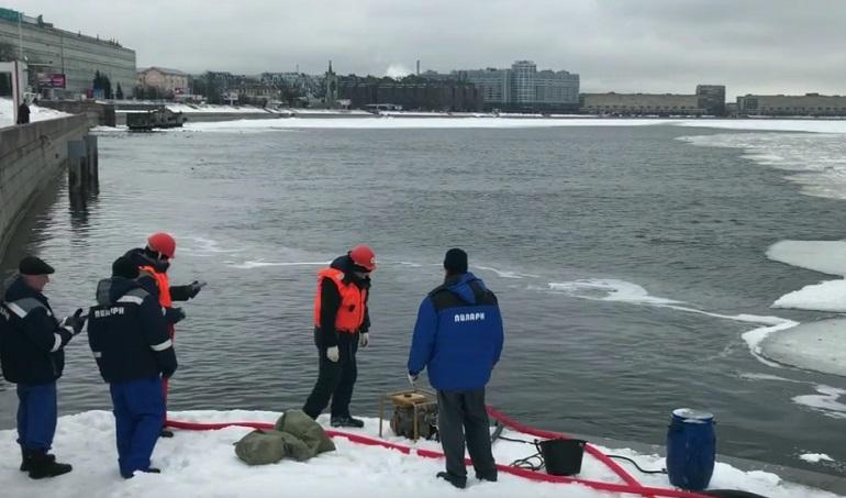 Нефтяные пятна плывут по волнам Невы у Свердловской набережной