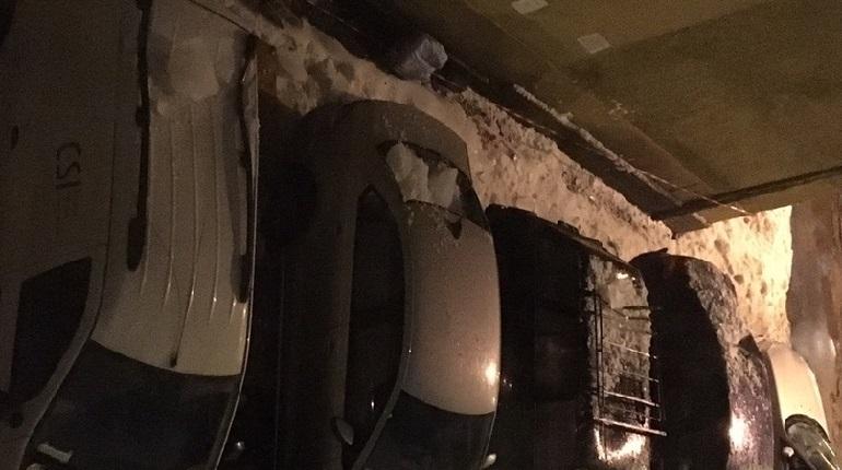 Наледь упала с крыши налоговой на машины.  Фото: ДТП и ЧП | Санкт-Петербург | Питер Онлайн | СПб