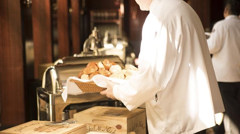 В Петербурге почти на 20% повысился спрос на работников ресторанно-гостиничной сферы