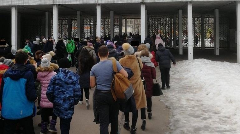 df4352cd89c Эвакуация школы №375. Фото  vk.com spb today - Moika78.Ru