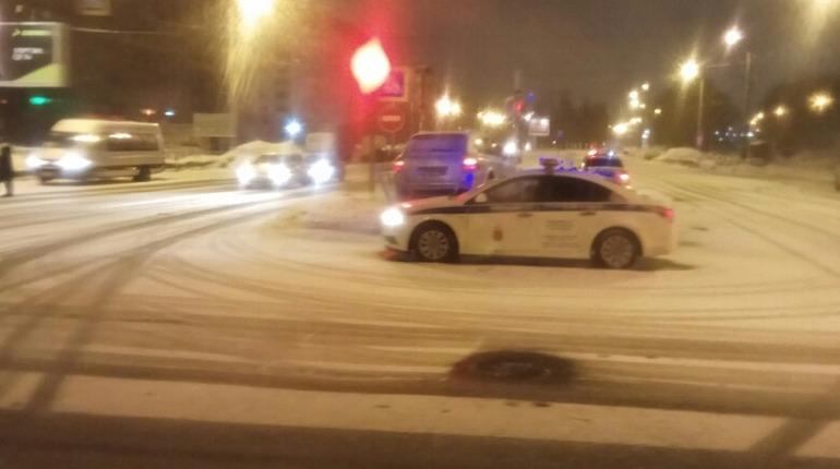Porsche Cayenne затормозил об ограждение на севере Петербурга