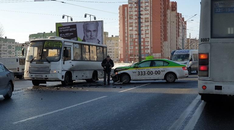 На Ветеранов такси врезалось в легковой автомобиль. Фото: группа