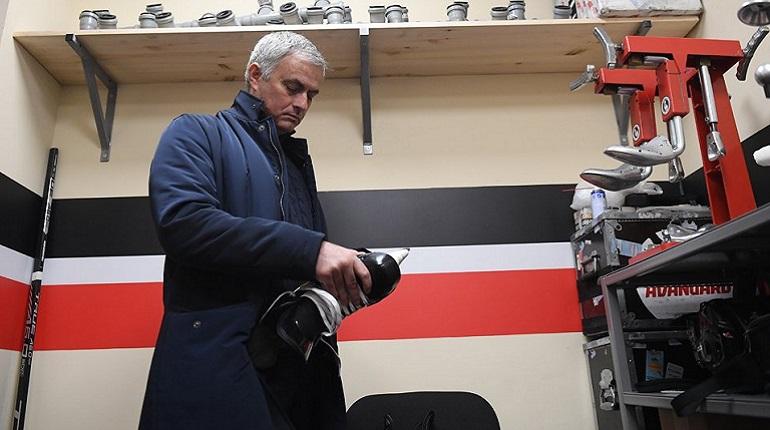 «Лед скользкий»: Моуринью упал при вбрасывании на матче СКА — «Авангард»