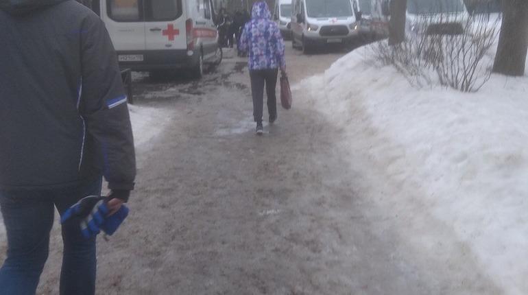 Из школы на Ушинского забрали в больницу 11 детей. Фото: vk.com/spb_today