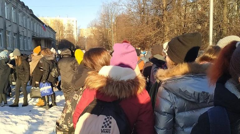 В Петербурге школьники мерзнут на улице из-за дыр в расписании, родителей просят понять и простить