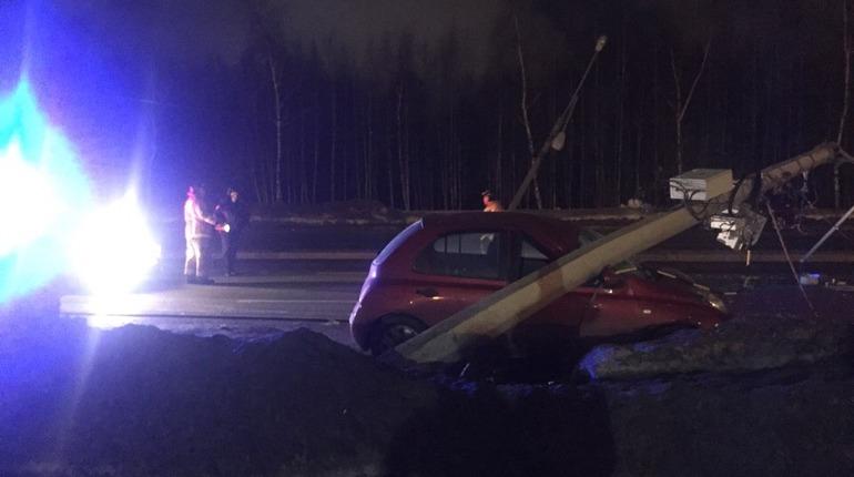 Автокран уронил столбы на припаркованные авто на Шуваловском