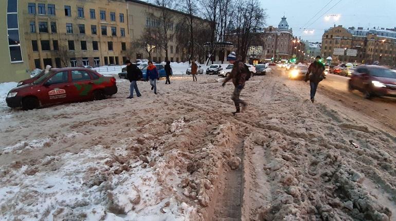 «Горячие линии» Смольного не растопили снежные завалы в Петербурге